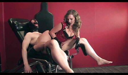 Womanizer joven quitar los pantalones vaqueros y colocar anal latino casero un semental en el coño
