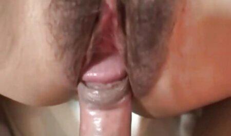 Ama sexo gratis en latino de casa sin bragas lavar los platos en la cocina, limpiar el apartamento