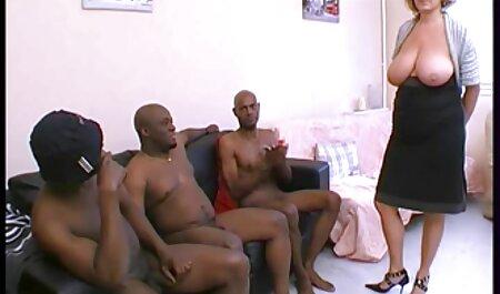 Lovelace mirada rizado mujer joven en porn latino amateur tacones altos en frente del espejo