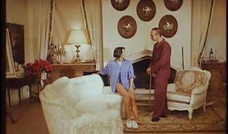 Dos mujeres sexo amateur latino en el sofá, la gorra del otro y apretarse