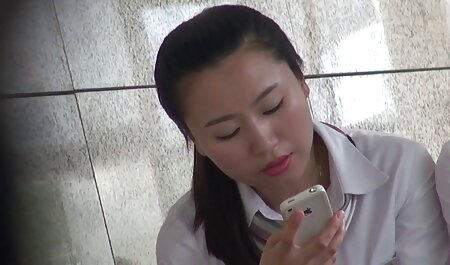 Espiando a una chica joven en videos amateur latino el baño.