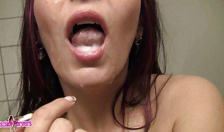 Chica chupando su pequeño amigo en el porno amatur latino baño con agua