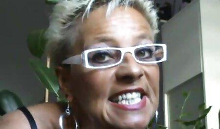 Madura porno latino amateir puta con rojo nail gilipollas con un hombre en gafas en la cocina