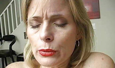 Ella se acostó en una bata de baño delante de la porno latino 1080p cámara