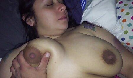 Mujer sexo latino en español joven en Albornoz dedos de pollo en el fregadero