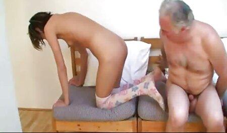 Un atleta no porno ameteur latino participa en el entrenamiento del pie en la boca