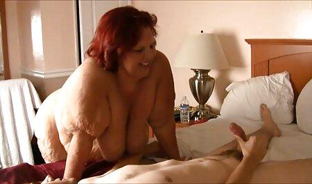 Mamá Medias tira de sus bragas sexso latino y sentarse en la cara novio